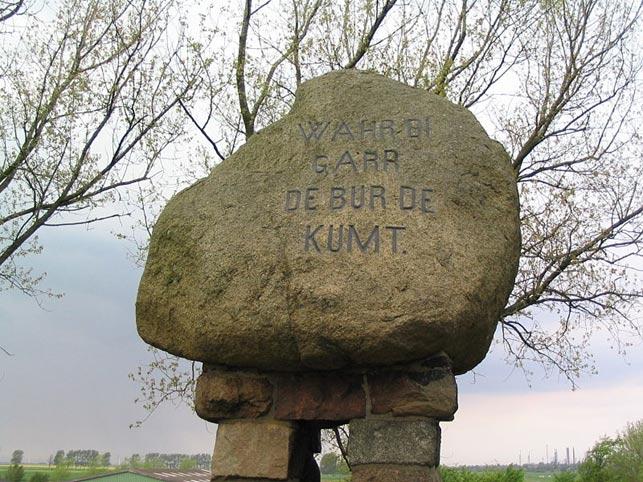 """Mindesten for slaget ved Hemmingstedt 17.2.1500, med ditmarskernes kampråb; """"Garde, pas på, bønderne kommer"""", mejslet på stenen."""
