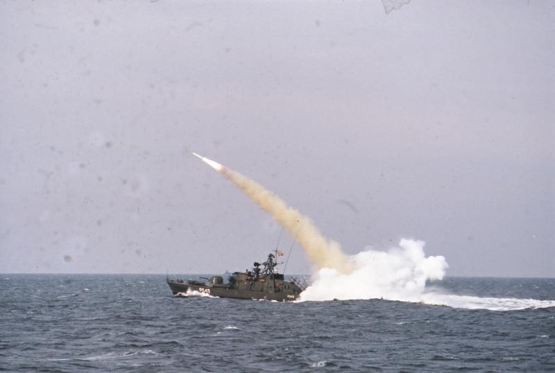 Torpedomissilbåden P549 Willemoes affyrer et Harpoon-missil ud for Sjællands Odde den 10. november 1981. Foto: Forsvarsgalleriet.