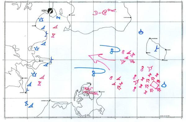 Den fjendtlige invasionsflåde omgivet af eskortefartøjer nærmer sig syd for Bornholm. Langs Sjællands kyst ligger den danske flåde og bevogter de minefelter, som Søværnet har lagt ud. NATO-fly patruljerer over Østersøen, og NATOs ubåde ligger ved Bornholm og observerer fjendens aktiviteter. Symboler på kortet: Timeglas = fregat, hajfinne = torpedomissilbåd, mine = minefelt, ottetal = fly, ring med tre streger = helikopter, ring med en streg = ubåd. Tegning: Pensioneret kommandør Axel Fiedler og www.danmarkidenkoldekrig.dk (vises med tilladelse fra Axel Fiedler)