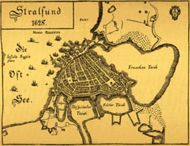 Kort over Stralsund. Den af den dansk-skotske styrke forsvarede port, Frankentor, ses længst til højre mellem Franken Teich og Küter Teich. Det fremskudte forsvar måtte efter vedvarende pres opgives i slutningen af juni, men fjenden stod så blot over for de kampberedte skotter forskanset i byens stærke fæstningsværk (Wikipedia).