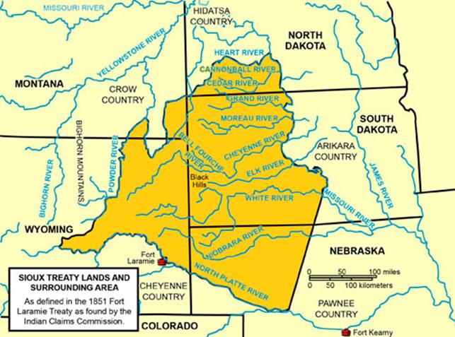 Chris' felttog foregik i dette område, startende fra en lejr ved Rosebud beliggende i Montana nær grænsen til Wyoming nær Big Horn River, videre ind i det nordøstlige South Dakota til slaget ved Slim Buttes nær Moreau River, for at ende ved konfliktens kerneområde; nybygger- og guldgraverbyerne i Blackhills. War Bonnet Creek er beliggende i Nebraska, nordøst for Fort Laramie (Wikipedia).