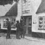 Danske soldater lægger felttelefonledning over købmandens tag i Syd-Smedeby. Foto fra Flensborg Avis 17. september 1952.